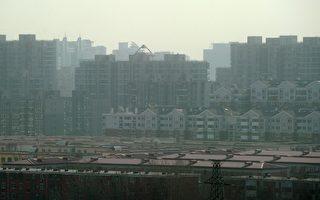 2012年1月10日,北京受到浓雾袭击,部分地区能见度降至200公尺,造成往返北京的150多架航班停飞或延误。(Ed Jones/AFP/Getty Images)
