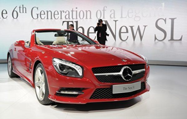 底特律車展1月10日開跑,將凸顯復甦的美國車市,以及 General Motors (通用)、Ford Motor (福特) 和 Chrysler (克萊斯勒) 三大美國車廠的命運轉折。圖為New Mercedes-Benz SL。(STAN HONDA / AFP ImageForum)