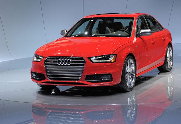 底特律車展1月10日開跑,將凸顯復甦的美國車市,以及 General Motors (通用)、Ford Motor (福特) 和 Chrysler (克萊斯勒) 三大美國車廠的命運轉折。圖為Audi S4。(STAN HONDA / AFP ImageForum)