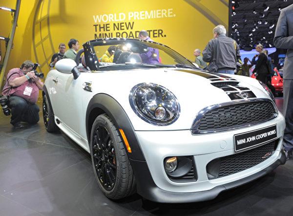 底特律車展1月10日開跑,將凸顯復甦的美國車市,以及 General Motors (通用)、Ford Motor (福特) 和 Chrysler (克萊斯勒) 三大美國車廠的命運轉折。圖為MINI Roadster。(STAN HONDA / AFP ImageForum)