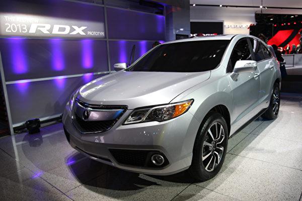 底特律車展1月10日開跑,將凸顯復甦的美國車市,以及 General Motors (通用)、Ford Motor (福特) 和 Chrysler (克萊斯勒) 三大美國車廠的命運轉折。圖為Acura 2013 RDX prototype。(GEOFF ROBINS / AFP ImageForum)