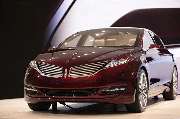 底特律車展1月10日開跑,將凸顯復甦的美國車市,以及 General Motors (通用)、Ford Motor (福特) 和 Chrysler (克萊斯勒) 三大美國車廠的命運轉折。圖為Lincoln MKZ概念車。(GEOFF ROBINS / AFP ImageForum)
