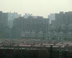 北京各空氣質量監測站點1月10日監測到的可吸入顆粒物濃度快速增長,單站PM10最高小時濃度達每立方米560微克,污染物超標。(Ed Jones/AFP)