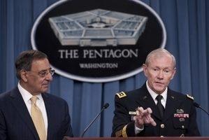 """美国参谋长联席会议主席登普西将军(右)说,美国军队仍然遍及全球。""""我们有着全球性的力量,我们必须能够进行跨全方位的活动和军事行动""""。图左为国防部长帕内塔。(SAUL LOEB / AFP ImageForum)"""