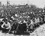 1953年,中國戰俘在中立區外南朝鮮一側等待進入中立區。(大紀元資料圖片)