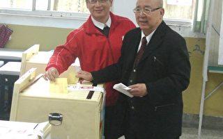 吴伯雄、吴志扬父子投票,留下记录(摄影: 徐乃义 / 大纪元)