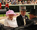 去年6月,女王参加王室赛马会(Royal Ascot)的时候佩戴威廉姆森胸针,并且戴了一顶粉色的帽子,颜色与胸针中心的粉色钻石相匹配。(CARL DE SOUZA / AFP ImageForum)