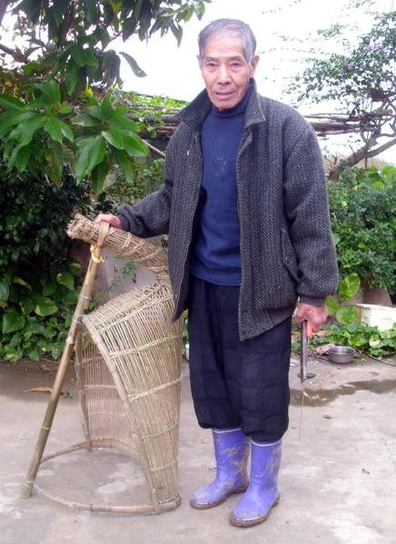 82歲簡連合老鄰長重拾竹編手藝(攝影:徐乃義/大紀元)