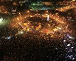 2012年1月25日,埃及首都开罗:埃及示威者聚集在塔里尔广场上,集会纪念起义推翻穆巴拉克独裁政权一周年的日子,并要求军政府立即下台。(MAHMUD HAMS/法新社图片)