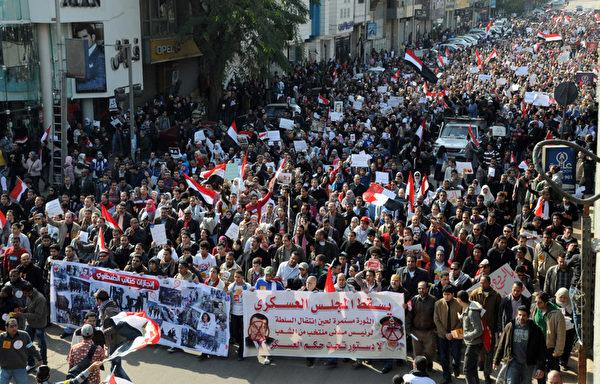 2012年1月25日,埃及首都开罗:埃及示威者聚集在塔里尔广场上集会纪念起义推翻穆巴拉克独裁政权一周年的日子。(AMRO MARAGHI/AFP)