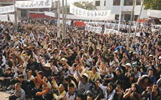 2011年12月11日,廣東烏坎村五千多村民拿起棍棒、農具把守村口,與一千名欲奪回烏坎村控制權的警察對峙。(AFP)
