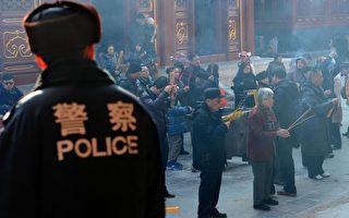 2012年1月25日,警方加強戒備北京東城區藏傳佛教寺廟雍和宮(AFP PHOTO/Mark RALSTON)(STF: MARK RALSTON / AFP ImageForum)