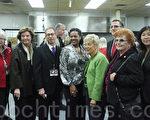 皇后区区长马歇尔(右三)﹑QEDC执行主任Seth Bornstein(左三)与纽约州参议员史塔文斯基(左一)﹑州众议员孟昭文(右一)等民选官员在庆祝会现场合影。 (摄影:杜国辉/大纪元)