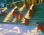 中國四川阿壩藏族羌族自治州的僧侶1月23日在一所寺廟點燃蠟燭為藏人祈福( 美國之音藏語組)