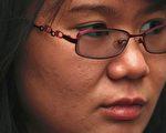 中國大陸維權人士倪玉蘭的女兒董璇表示,她上週在北京的機場遭到警方攔阻,禁止她前往荷蘭代替母親領取人權獎。(AFP PHOTO/ED JONES)