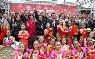 县长邱镜淳(右5)与来宾和小舞者们大合照。(摄影:彭瑞兰/大纪元)