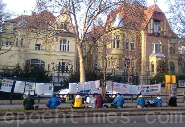 匈牙利首都布达佩斯,1月27日,法轮功学员在中使馆(右边一栋楼)门前反迫害。(大纪元)
