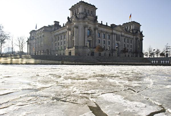 """欧洲今年冬季特别严寒,最低温度已降至摄氏零下33度左右,因天寒地冻不幸丧生的人数上升到160人,""""世界气象组织""""已对东欧多国发布红色警戒。图为德国街景。(JOHN MACDOUGALL / AFP)"""