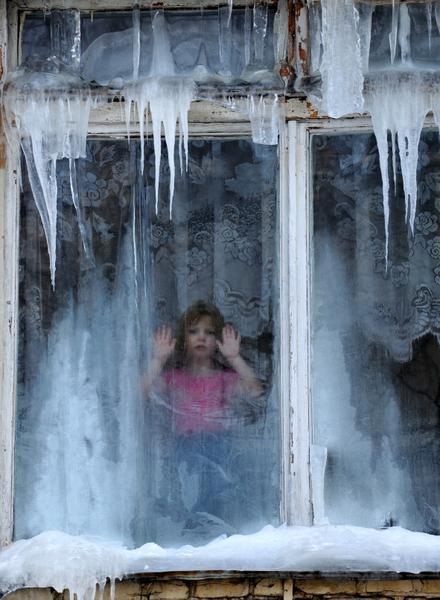 """欧洲今年冬季特别严寒,最低温度已降至摄氏零下33度左右,因天寒地冻不幸丧生的人数上升到160人,""""世界气象组织""""已对东欧多国发布红色警戒。图为白俄罗斯民众。(VIKTOR DRACHEV / AFP)"""