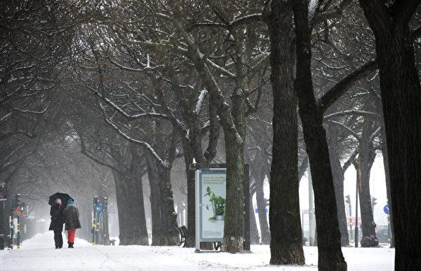 """欧洲今年冬季特别严寒,最低温度已降至摄氏零下33度左右,因天寒地冻不幸丧生的人数上升到160人,""""世界气象组织""""已对东欧多国发布红色警戒。图为瑞典街景。(JONATHAN NACKSTRAND / AFP)"""