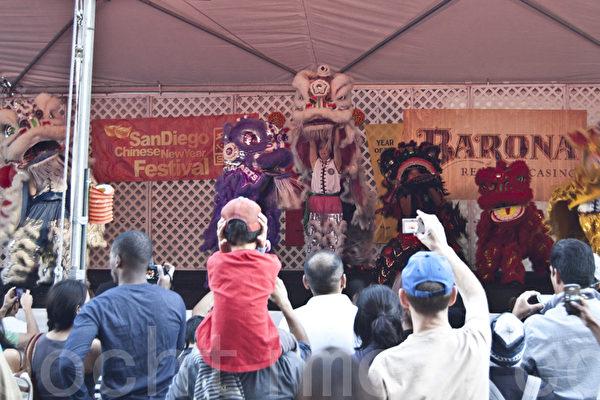 1月28日和29日,加州聖地亞哥華人中心(San Diego Chinese Center)舉行第30屆中國新年美食與文化遊園會。豐富的活動吸引各族裔民眾攜家帶口參加,從中體驗中國新年傳統點滴。圖為人們觀看舞獅表演。(攝影: 楊婕 / 大紀元)