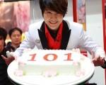 李佳峰成功挑戰金氏紀錄地101場,開心地切下101造型蛋糕慶賀。(圖/梵特西娛樂提供)