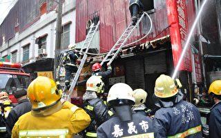 嘉義市連棟店面火警 消防人員冒雨搶救