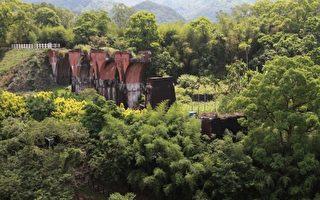 龍騰斷橋矗立於鐵路東側的荒煙漫草中(攝影:許享富/大紀元)