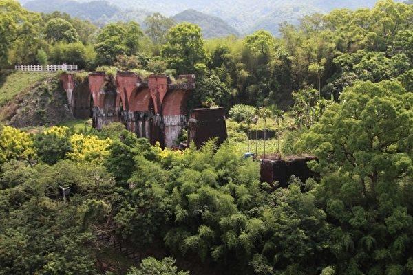 龙腾断桥矗立于铁路东侧的荒烟漫草中(摄影:许享富/大纪元)