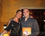 維奈莎‧約翰遜(Vanessa Johnson)女士和先生保羅‧桑托斯(Paulo Santos)說,看神韻,令他們終生難忘。(攝影:李新/大紀元)