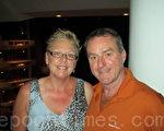 來自加拿大的旅遊公司老板克麗斯汀(Christine)和麥克(Mike)夫婦倆來自加拿大,來到佛州渡假幾天,有幸看到神韻演出,夫婦倆對演出讚不絕口,克麗斯汀說:「這是我最好的生日禮物!」(攝影:林達/大紀元)