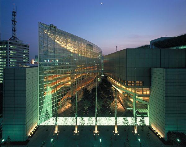 東京國際論壇中心毗鄰東京鐵塔。(圖片來源:Tokyo International Forum)