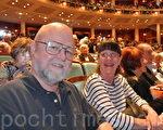 空調系統承包商明斯先生和太太一起觀看了當天的演出,夫婦倆都表示:「演出非常棒!」(攝影:黃海默/大紀元)
