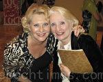 南佛州一個老人院的院長珍妮特‧卡斯滕斯(右)和女友得爾費爾德海灘中學的項目協調人瑞加娜‧戴爾平(Regina Delpin)興緻勃勃地觀看了神韻。(攝影:吳蔚溪/大紀元)