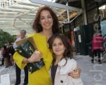 前珠寶設計師耶蓮娜(Yelena)女士帶著正在學跳舞的女兒安塔斯塔西(Anastasie)一起觀看了神韻巡迴藝術團2月11日下午在勞德代爾堡布勞沃德演出中心的演出。(攝影:李新/大紀元)