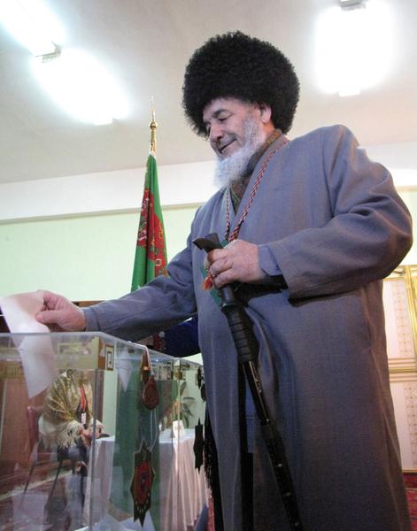 2012年2月12日,土庫曼舉行總統選舉,投票率近乎百分百。圖為阿什哈巴德的投票站。(STR/AFP/Getty Images)