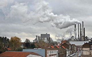 因空气寒冷取暖耗能猛增,法国上空污染渐增。(PHILIPPE HUGUEN/AFP/Getty Images)