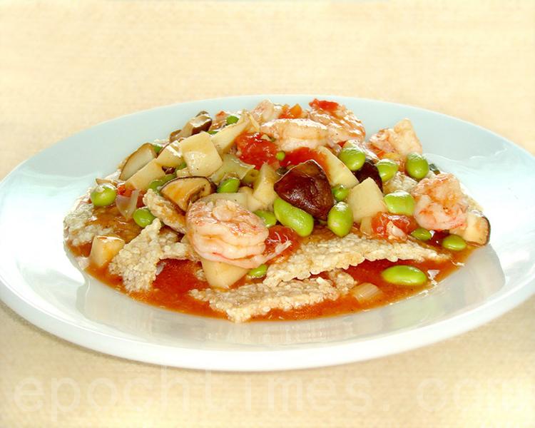 """""""锅巴虾仁""""酥松鲜香非常美味可口,被称为""""天下第一菜""""。(摄影: 彩霞 / 大纪元)"""