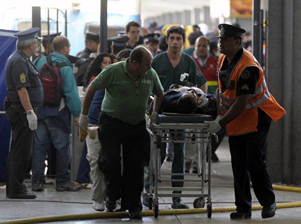 2月22日,阿根廷首都布宜諾斯艾利斯發生一起嚴重火車事故,已經有49人死亡,圖為救援人員運送傷患。(JUAN MABROMATA / AFP)