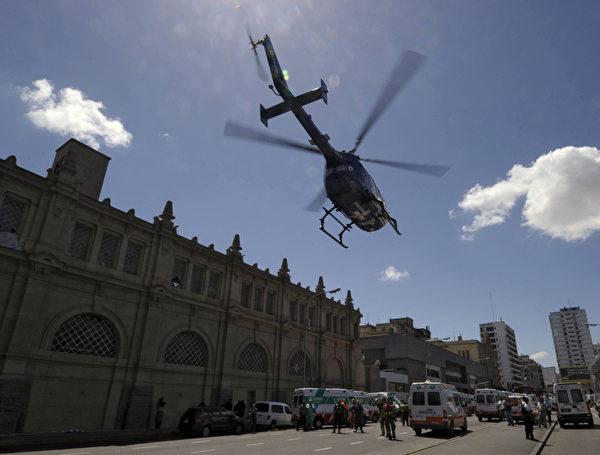 2月22日,阿根廷首都布宜諾斯艾利斯發生一起嚴重火車事故,已經有49人死亡。警方也出動直升機運送傷患。(JUAN MABROMATA / AFP)