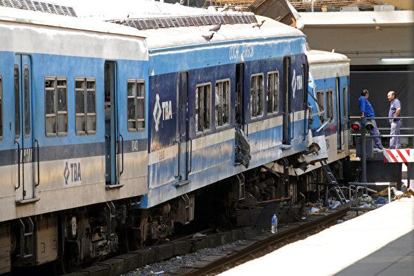2月22日,阿根廷首都布宜諾斯艾利斯發生一起嚴重火車事故,已經有49人死亡。圖為發生事故的火車。(DANIEL VIDES / AFP)