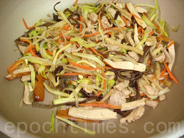 图4 起锅前,放入韭黄、香油、糖翻炒后盛盘。(摄影:林秀霞 / 大纪元)