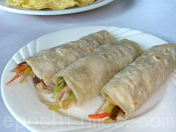 揭开小饼皮后卷裹合菜来吃。(摄影:林秀霞 / 大纪元)