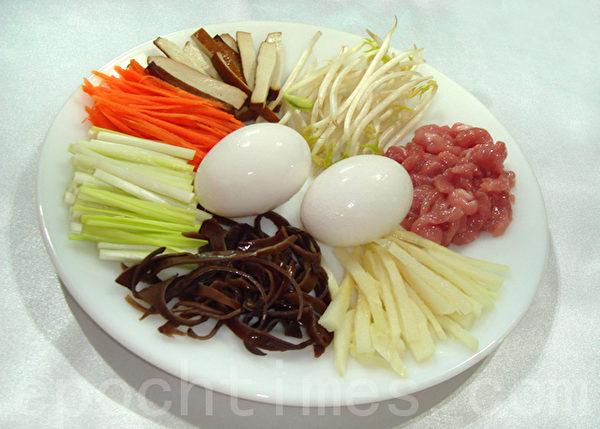 鸡蛋、肉丝、韭黄、豆芽菜、木耳丝…是合菜戴帽的主要食材。(摄影:林秀霞 / 大纪元)