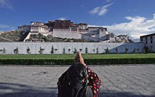 藏民对着布达拉宫朝拜。(China Photos/Getty Images)