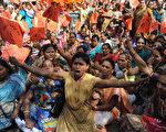 印度2月28日的全国总罢工共百万人参加,使公共生活陷于瘫痪。11个大型工会和5000个较小的劳工组织号召举行此次罢工,要求实行最低工资制,加强劳工保护。(SAM PANTHAKY / AFP)