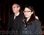 刘醇逸竞选财务主管侯佳(Jenny Hou,右)2月28号遭到联邦调查局的突击搜查,在上午11点半被捕。图为当天晚间,候佳和律师在曼哈顿南区联邦法院出庭。(大纪元资料图片)