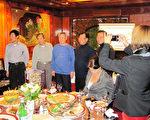 """在汉堡经营餐饮业的侨胞支援新闻局驻汉堡人员,2月下旬安排了一场台湾美食飨宴,介绍道地台湾菜。纪录片""""生食与熟食""""导演楚特为厨师们摄影留念。(中华民国驻汉堡办事处新闻组提供)(中央社记)"""