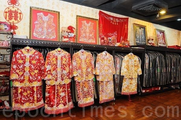 香港新娘子出嫁時一般都會穿著褂裙出門及向長輩敬茶。每個地方的女孩婚嫁的衣裝都有當地的傳統特色,褂裙可以稱為香港女孩的嫁衣裳。(攝影:祥龍/大紀元)