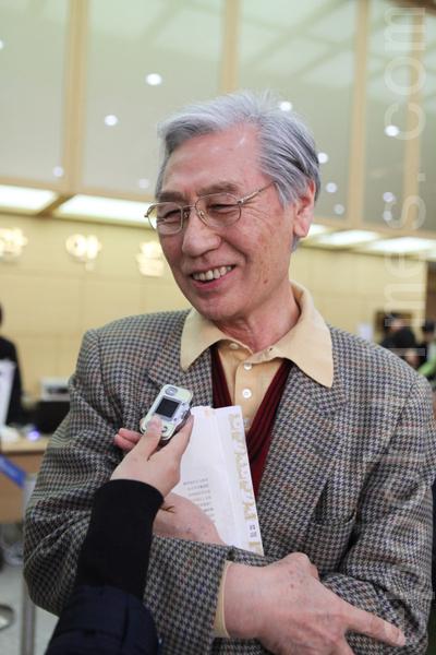"""退休人士李有信说:""""歌唱家演唱歌曲的歌词如诗一般,这种形式的声乐还是第一次听到。""""(摄影:金珍泰 / 大纪元)"""
